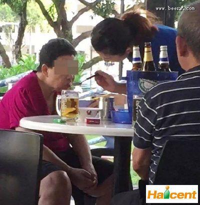 中国fun88乐天堂妹卖酒之余做了这件事,让新加坡人狂点赞