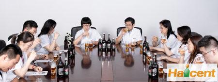 """这瓶高格调的""""琥珀金"""",青岛雷竞技app官网百年之旅为何能成为酒友们的心头好?"""